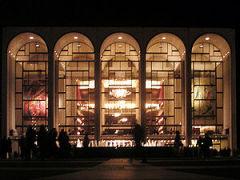 22 октября В Нью-Йорке открылась Метрополитен-опера