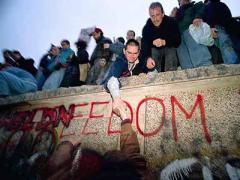 9 ноября Началось разрушение Берлинской стены