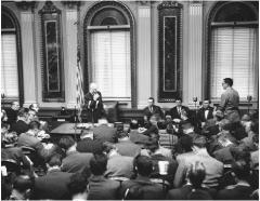 19 января Президент США Эйзенхауэр провел первую в мире телевизионную пресс-конференцию
