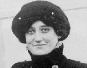 8 марта Француженка Элиз де Ларош стала первой женщиной-пилотом