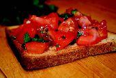 Брускетта с помидорами и чесноком