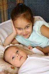 Как воспитать старшего ребенка в любви к младшему
