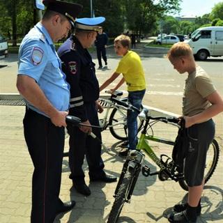 Сотрудники ГАИ проводят акцию «Безопасное лето» в Уссурийске