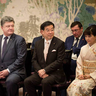 Глава фракции Порошенко уснул на встрече в Токио