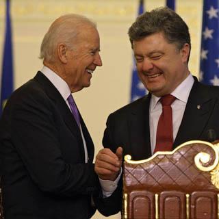 Вице-президент США заявил, что общается с Порошенко больше, чем с женой