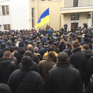 «Аваков, отменяй свои указы!»: здание МВД Украины окружили тысячи недовольных правоохранителей