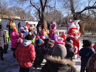 Новогодние утренники прошли во многих дворах Уссурийска