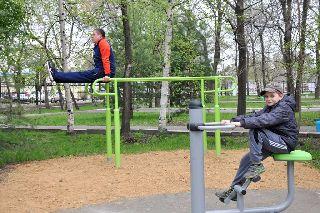 Уличные тренажеры установлены в городском парке
