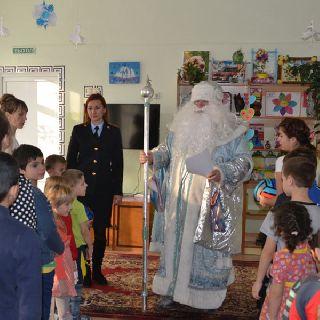 Полицейский Дед Мороз пришел в гости к воспитанникам реабилитационного центра
