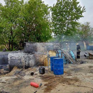 В Уссурийске загорелась частная база