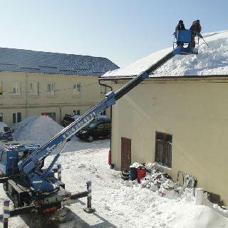 Снег – с кровель зданий Уссурийска
