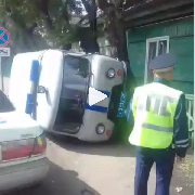 Полицейский УАЗ вылетел на тротуар и перевернулся в результате ДТП в Уссурийске