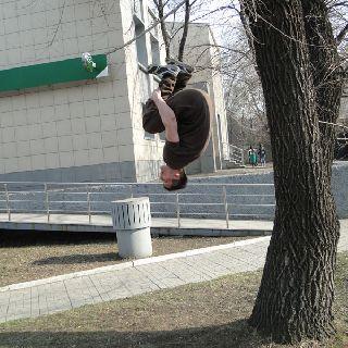 Весна вступила в свои права и на улицах Уссурийска появились любители неформальных видов спорта.