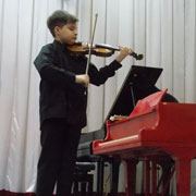 Юный скрипач Александр Папушев с успехом выступил в ДШИ г. Уссурийска (3 фотографии)