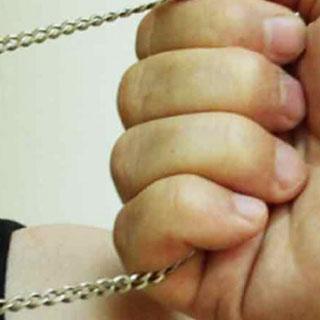 У жителя Уссурийска сорвали с шеи золотую цепочку