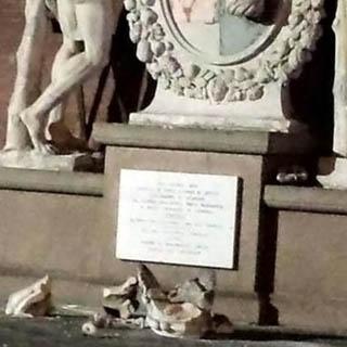 Туристы сломали бесценную статую в Италии, пытаясь сделать селфи