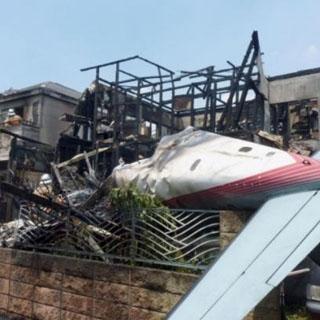 В Токио на жилые дома упал самолет