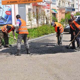 Солнечная погода позволила продолжить ремонтные работы на дорогах