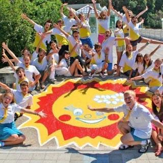 Чуть больше 16 тыс. рублей – стоимость путевки в лагерь для ребенка