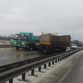 Авария с участием сразу четырех грузовиков блокировала трассу в аэропорт в Приморье