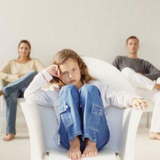 Прокурор разъясняет: у родителей на ребенка равные права!