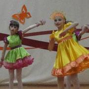 В рамках ежегодного весеннего фестиваля детского творчества «Страна чудес» школы Уссурийска меряются силами в области искусства (2 фотографии)